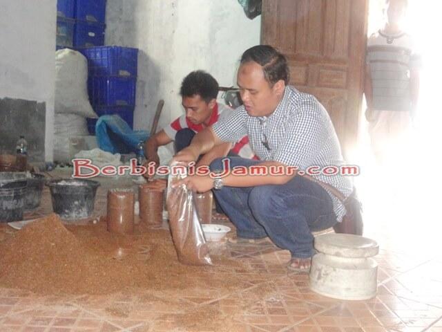 Sesi Praktek Pembuatan Baglog