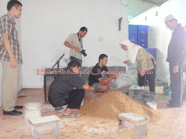 Sesi Praktek Pembuatan Baglog 1