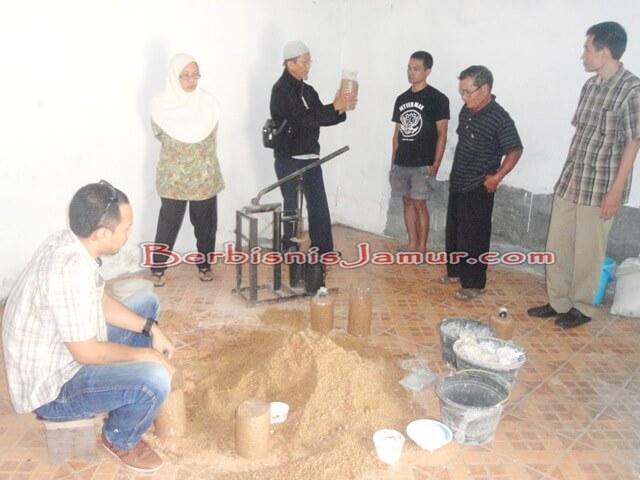 Sesi Praktek Pembuatan Baglog 3
