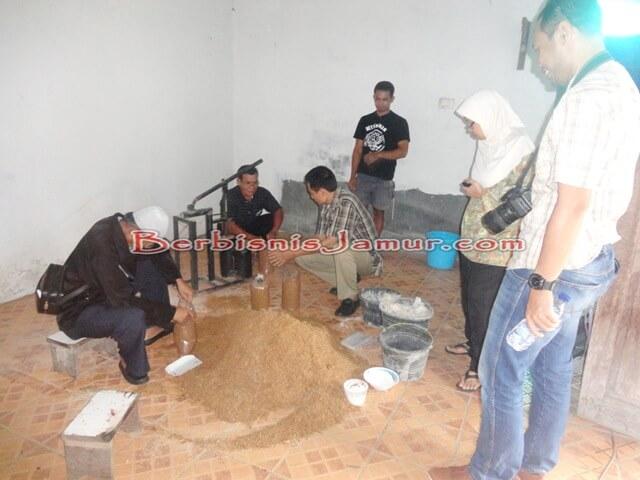 Sesi Praktek Pembuatan Baglog 4