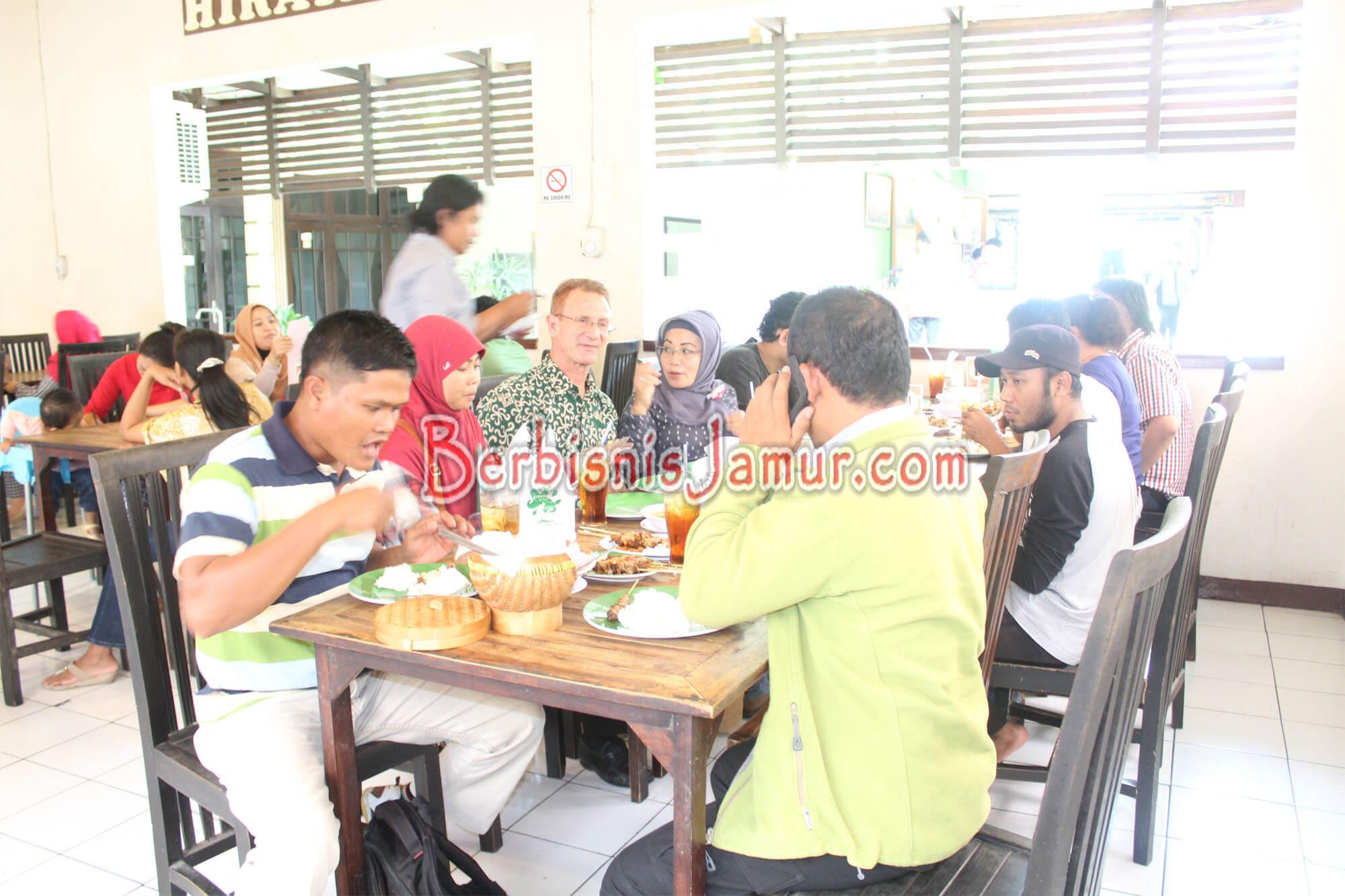 Kunjungan Peserta ke Jejamuran Resto