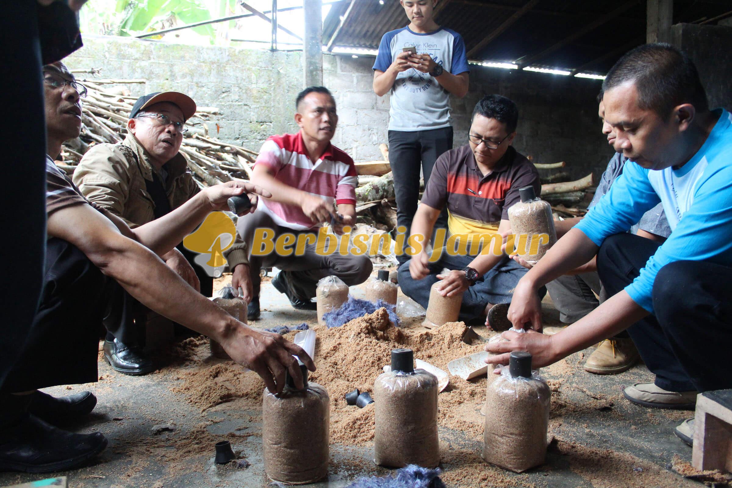 peserta-training-praktek-pembuatan-baglog-jamur