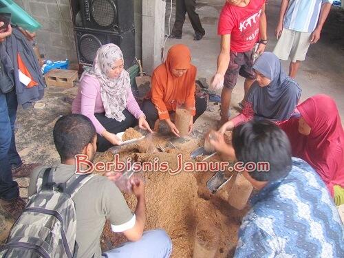 Praktek Pembuatan Baglog Jamur Tiram