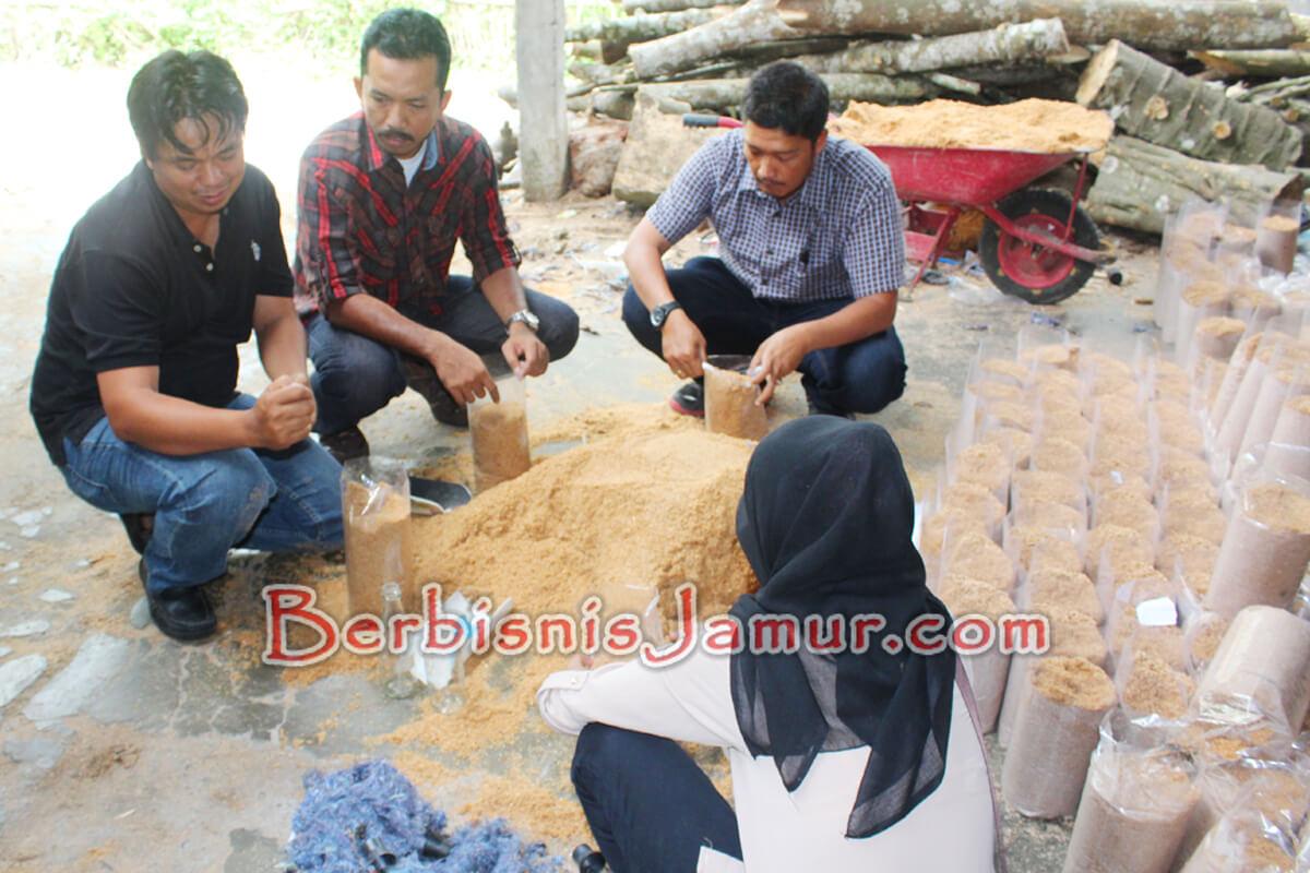Praktek Pembuatan Baglog