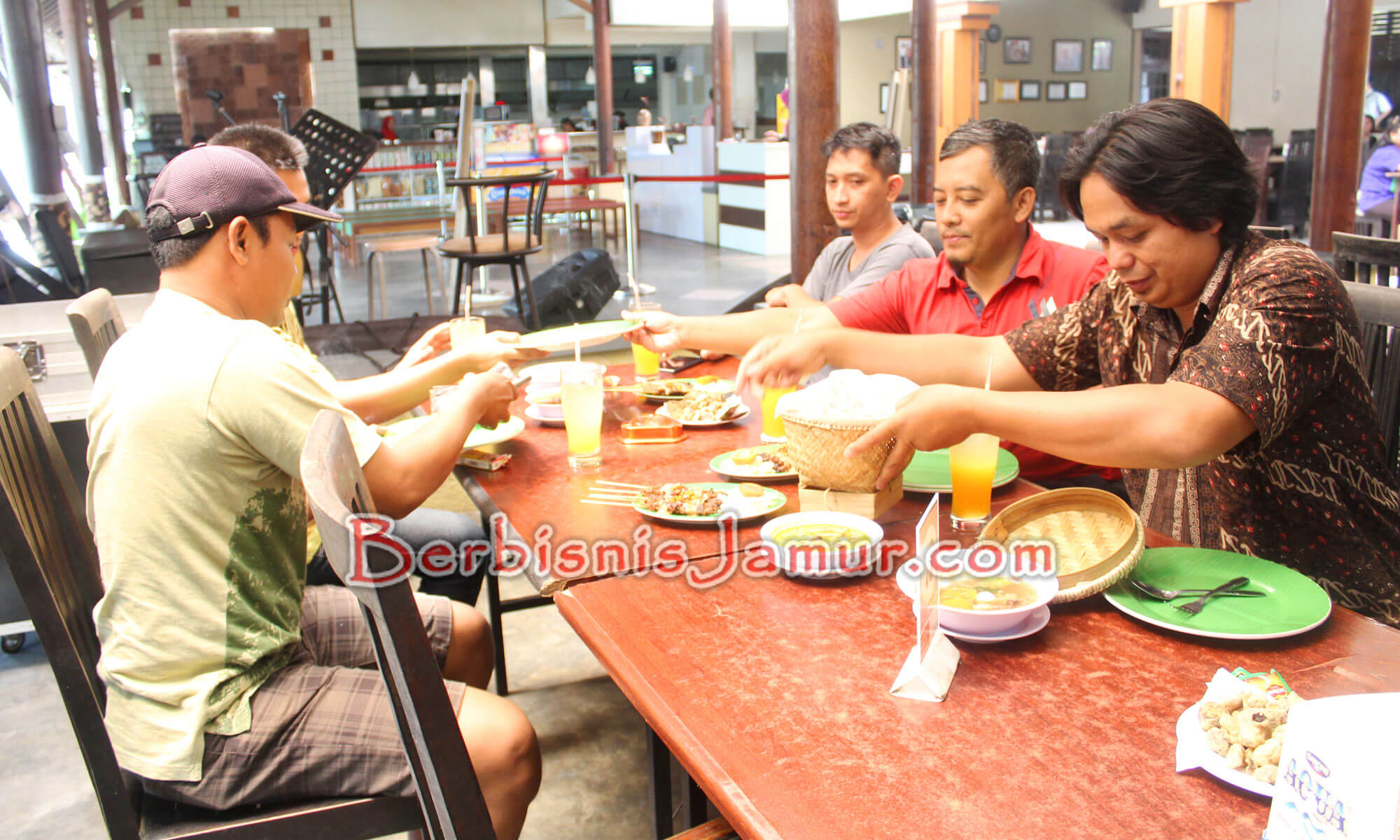 Peserta menikmati kuliner jamur di jejamuran resto