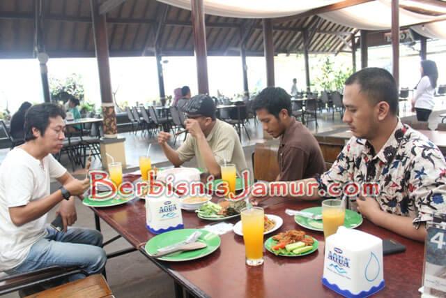 Kunjungan ke Resto Jamur