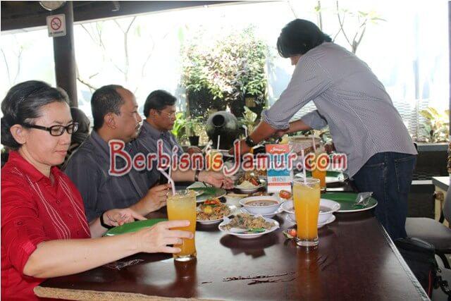Makan Siang di Rumah Makan Jamur