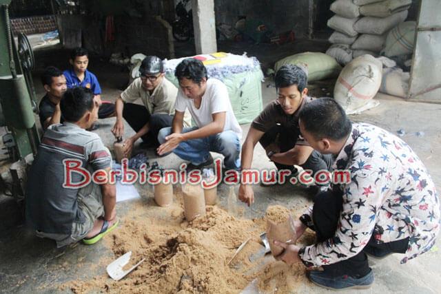 Praktek Pembuatan Baglog jamur