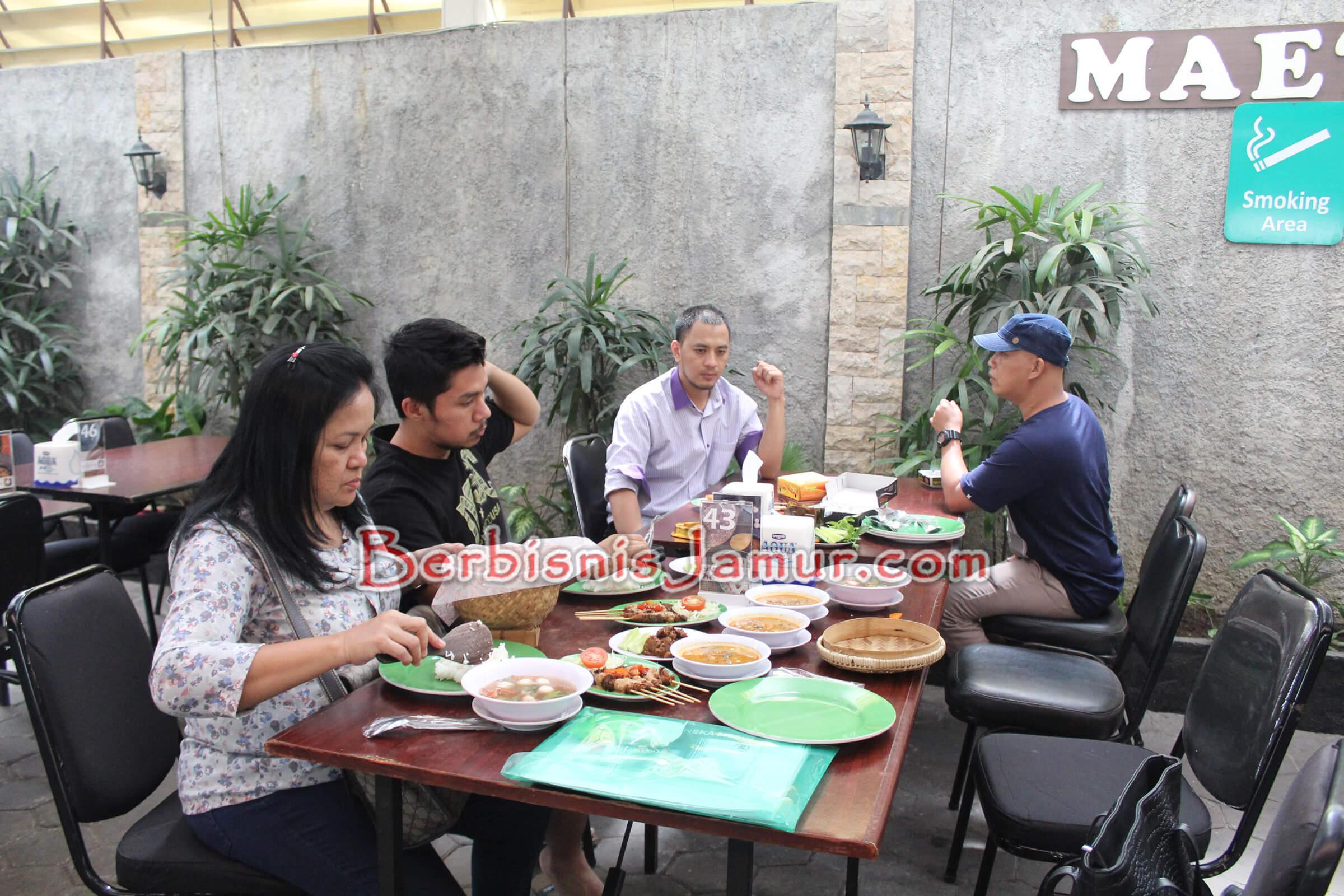 Peserta menikmati aneka kuliner jamur di Jejamuran Resto